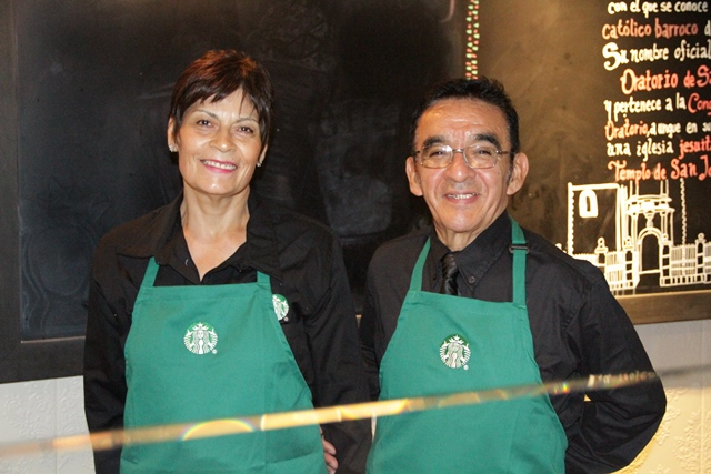 2 Petra Loeza y Armando Corona Partners adultos mayores de Starbucks - México: Starbucks abrirá su primera tienda a cargo de adultos mayores