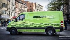 ARCHIV - ILLUSTRATION- Ein Fahrzeug des US-Onlinehändlers Amazon mit der Aufschrift «amazon fresh» fährt am 30.04.2016 durch New York (USA). (zu dpa «Amazon startet Online-Supermarkt Fresh in Berlin und Potsdam» vom 03.05.2017) Foto: Richard B. Levine/UPPA/dpa +++(c) dpa - Bildfunk+++