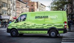 ARCHIV - ILLUSTRATION - Ein Fahrzeug des US-Onlinehändlers Amazon mit der Aufschrift «amazon fresh» fährt am 30.04.2016 durch New York (USA). (zu dpa «Amazon startet Online-Supermarkt Fresh in Berlin und Potsdam» vom 03.05.2017) Foto: Richard B. Levine/UPPA/dpa +++(c) dpa - Bildfunk+++