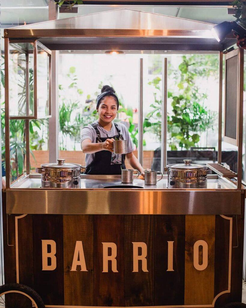 Barrio carretilla 1 819x1024 - Restaurante Barrio regalará emolientes por su día en Miraflores y San Isidro