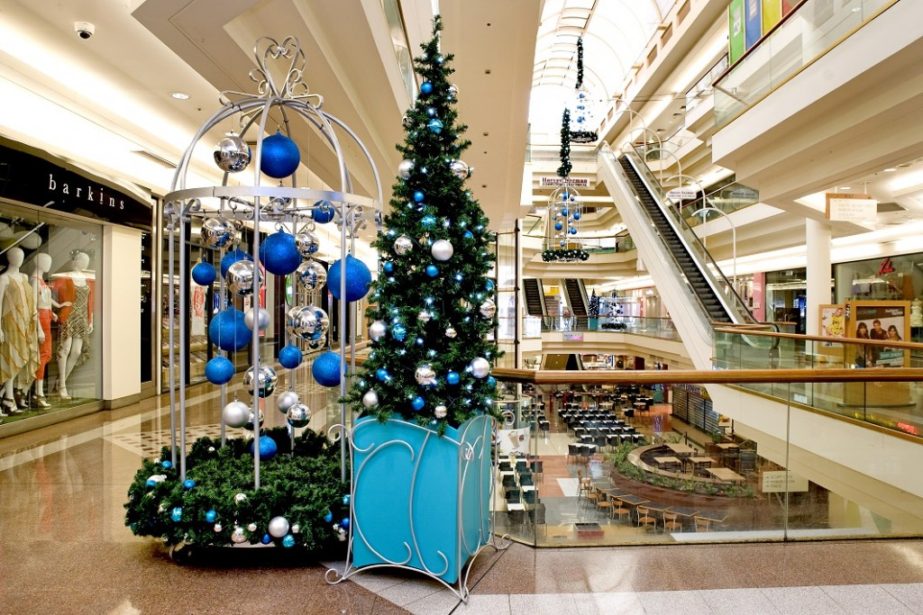 Broadway Shopping Mall custom Christmas display blue silver decorations with tree box 1024x683 - Amazon vendió más que los principales retailers norteamericanos en Navidad