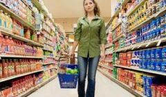 Cliente comprando en supermercado