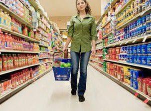 Cliente comprando en super - Cuatro reglas fundamentales para ganar en el momento de la verdad: la compra