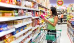 """Comprando 51 240x140 - """"El consumo de los hogares peruanos caería hasta en 6% durante el primer trimestre"""""""