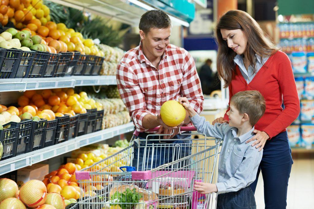 Compras en familia 2 1 1024x683 - ¡Inflación se acerca a rango meta anual! Conoce qué productos han subido de precio