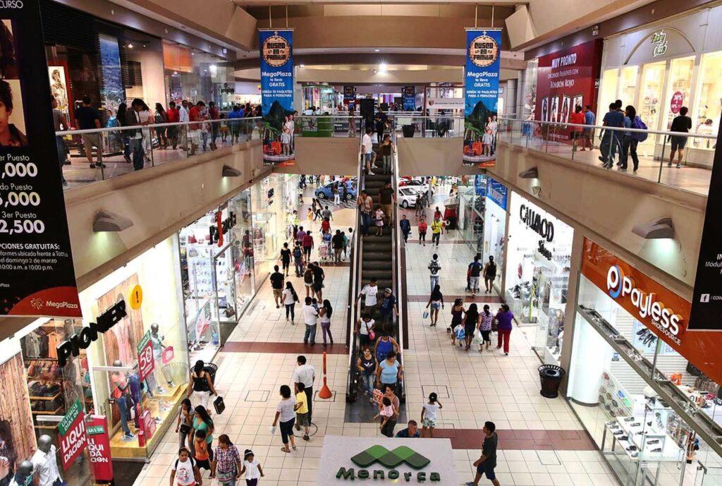 Consumidores en centros comerciales 1 1024x689 - Del retail al retailment: el boom de la transformación de los malls peruanos