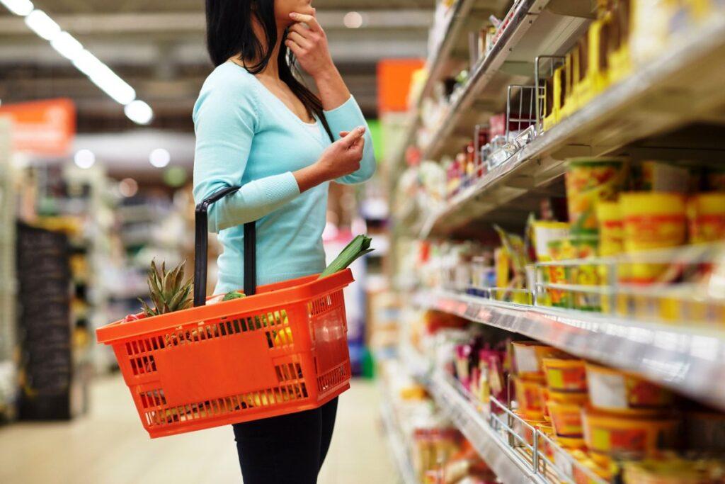 Consumidores en supermercados 2 1024x683 - El centro de distribución: la clave para optimizar el servicio a los clientes