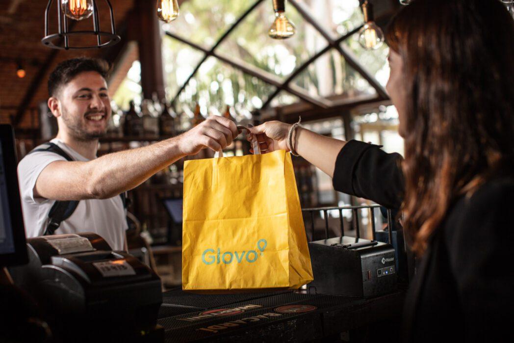 """DELIVERY GLOVO Perú Retail - Glovo abre la primera """"darkstore"""" en Ecuador, ¿qué significa?"""
