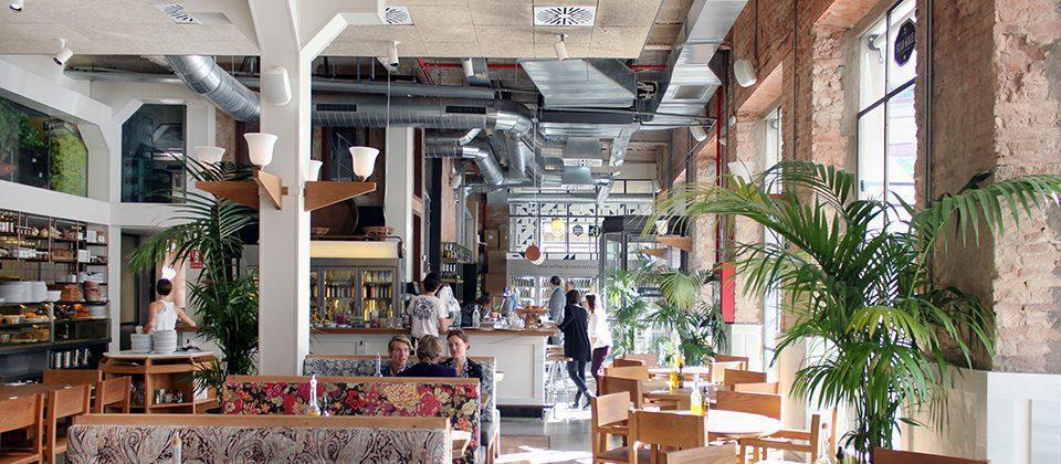 hum y la marca flax u kale se unen para abrir un nuevo restaurante dentro de la primera tienda insignia del retail de moda en barcelona