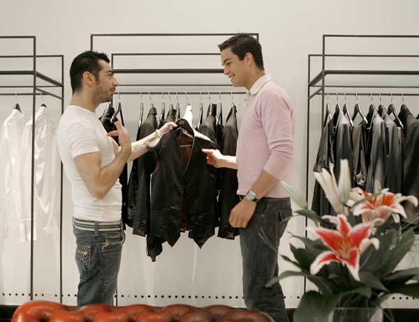 Hombres comprando ropa
