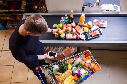 Jóvenes consumo - Jóvenes gastan 4% más en productos de consumo masivo que un hogar promedio