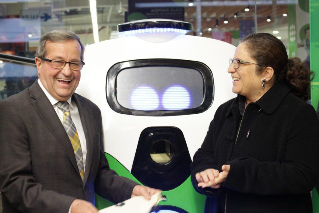Luis Molina alcalde de Miraflores junto a Lucía Ruiz ministra de Ambiente - Perú: Conoce el nuevo robot de Tottus que enseña a separar correctamente los residuos