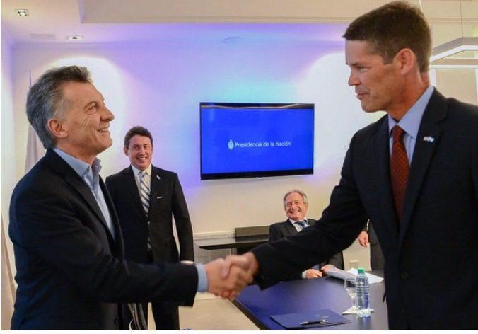 Macri y ejecutivo de Amazon 1 - Amazon pisa fuerte en Sudamérica y llegaría a Argentina antes de fin de año