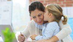Madre trabajadora 2 240x140 - Las marcas deben hacer frente a las actuales amas de casa en Latinoamérica