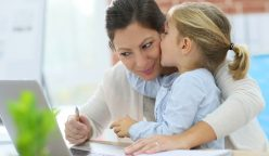 Madre trabajadora 2 248x144 - Las marcas deben hacer frente a las actuales amas de casa en Latinoamérica