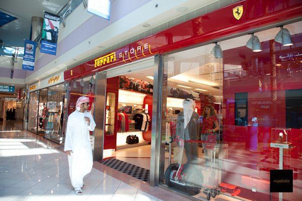 Marina Mall Ferrari store - Consumidores de Emiratos los que más gastan en alimentos y bebidas