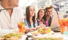 Millennials comiendo 240x140 - Los millennials hacen reservas online hasta 20 veces al año en el Perú