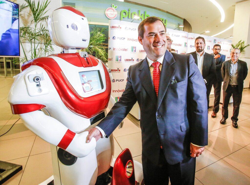 ministro-bruno-giuffra-junto-a-robot