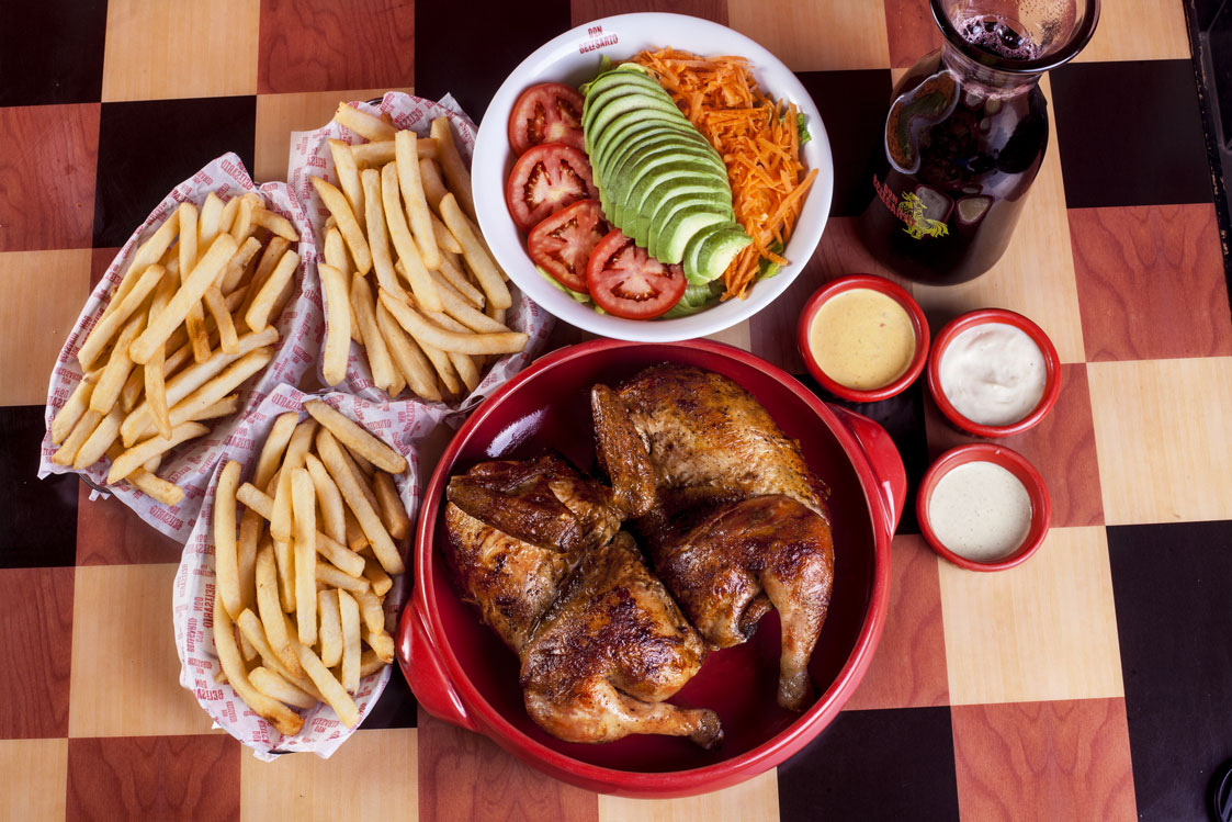 Pollo entero 3papas EnsaladaF Chicha Vista Cenital - Peruanos se alistan para celebrar el Día del Pollo a la Brasa