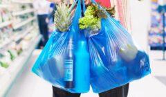 Supermercados ingleses empezaron a cobrar por las bolsas de plástico