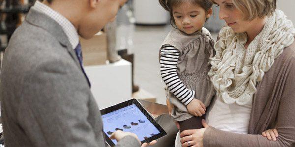 Tablet store customer - ¿Cómo mejorar la experiencia del cliente en tienda?