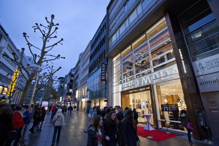 Vero-Moda-Flagship-Store-at-Konigstrasse-by-Riis-Retail-Stuttgart-Germany-02