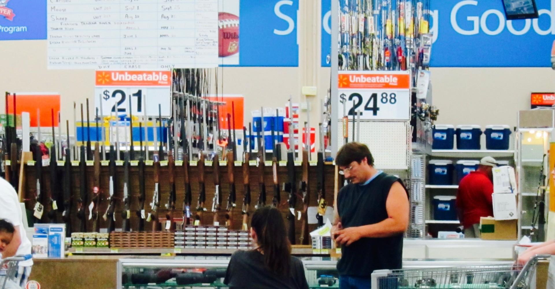 Walmart rifles - Walmart eleva a 21 la edad mínima para comprar armas en sus tiendas