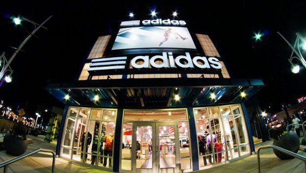 adidas tienda 620x350 - Adidas registra un récord de ingresos en el 2017