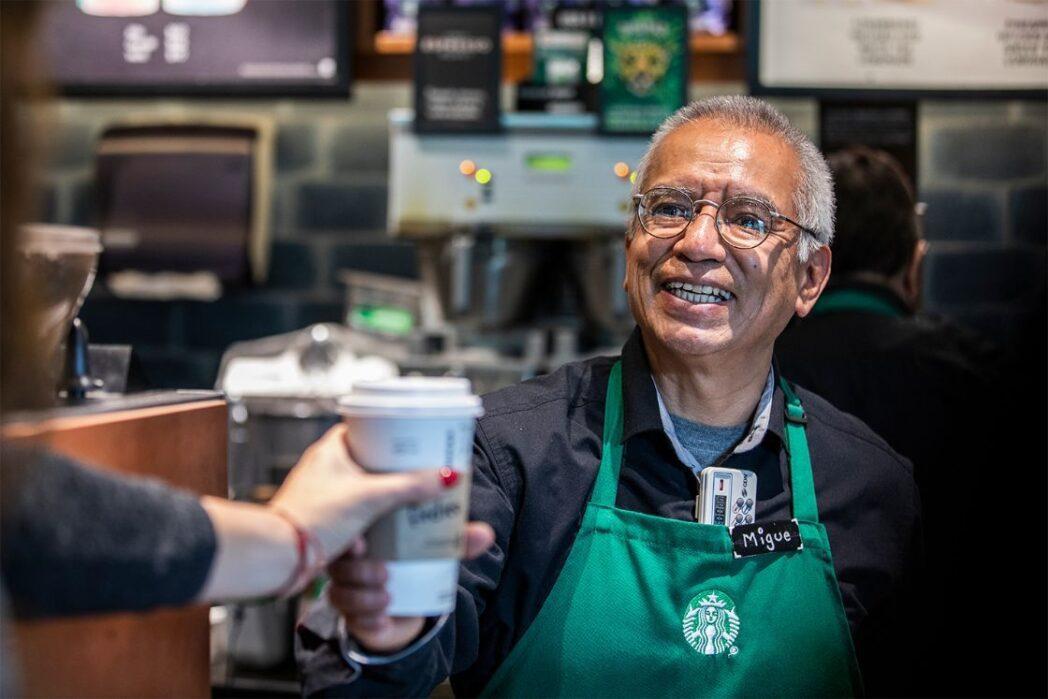 adultos mayores starbucks - Starbucks Perú ofrece trabajo a personas de la tercera edad