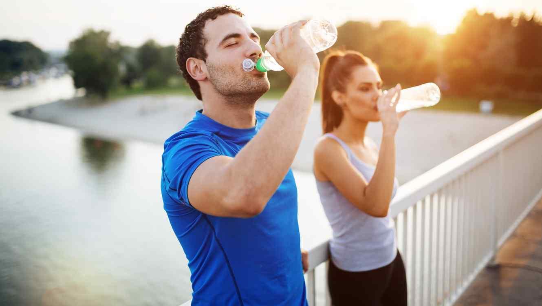agua mineral hidratacion saludable 2 - Nestlé lanza su nueva botella de agua fabricada con plástico PET reciclado