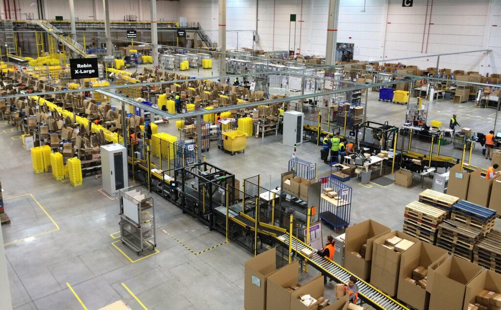 """almacen amazon 1024x633 - Empleados de Amazon son supervisados por robots y los """"pocos productivos"""" son despedidos"""