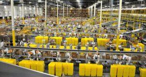 amazon fulfillment center interior feature 300x159 - ¿Por qué Amazon quiere abrir más espacios físicos?