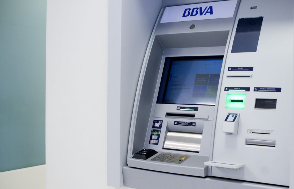 bbva cajero automatico 1024x657 - Conoce el banco que eliminará uso de dinero en efectivo en sus ventanillas
