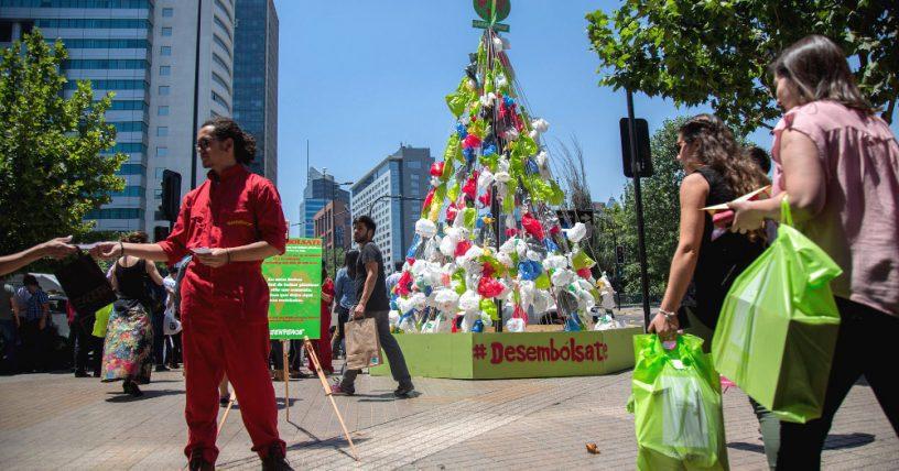 bolsas costanera 816 - Greenpeace arma el árbol de Navidad ecológico más grande de Chile