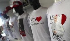 camisetas papa francisco perú 240x140 - Papa Francisco: Dos millones de camisetas y gorros se venderían por su visita al Perú