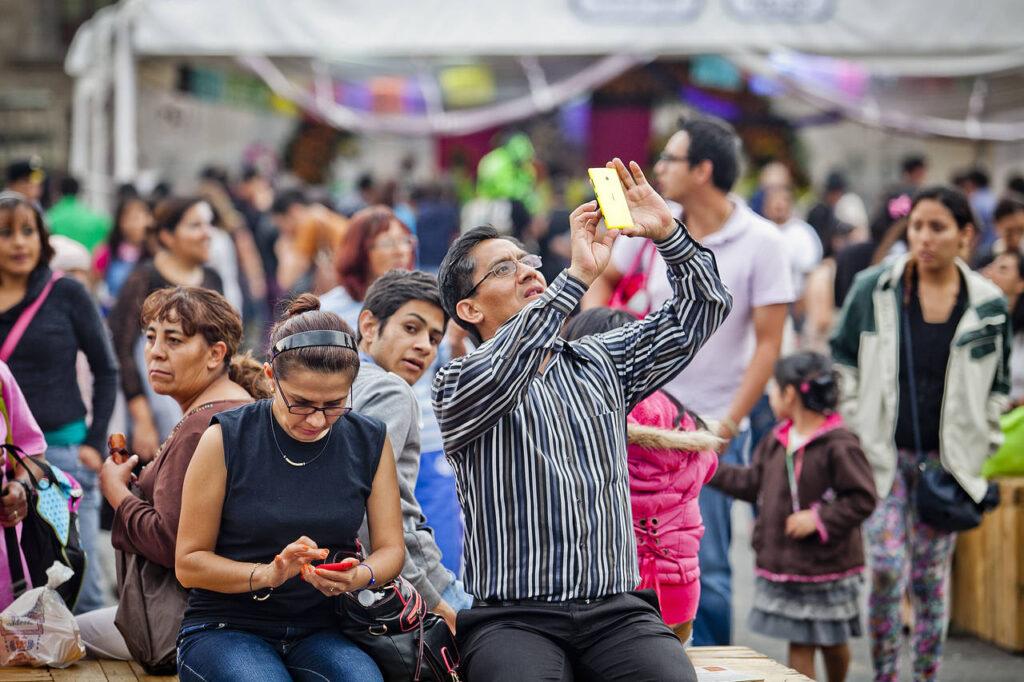 celular gente Perú Retail 1024x682 - ¿Sabías que andar distraído con el móvil te hace comprar más cosas?
