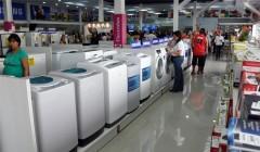 compra de electrodomesticos1 240x140 - El 80% de las ventas de lavadoras premium se da a través de las departamentales en Perú