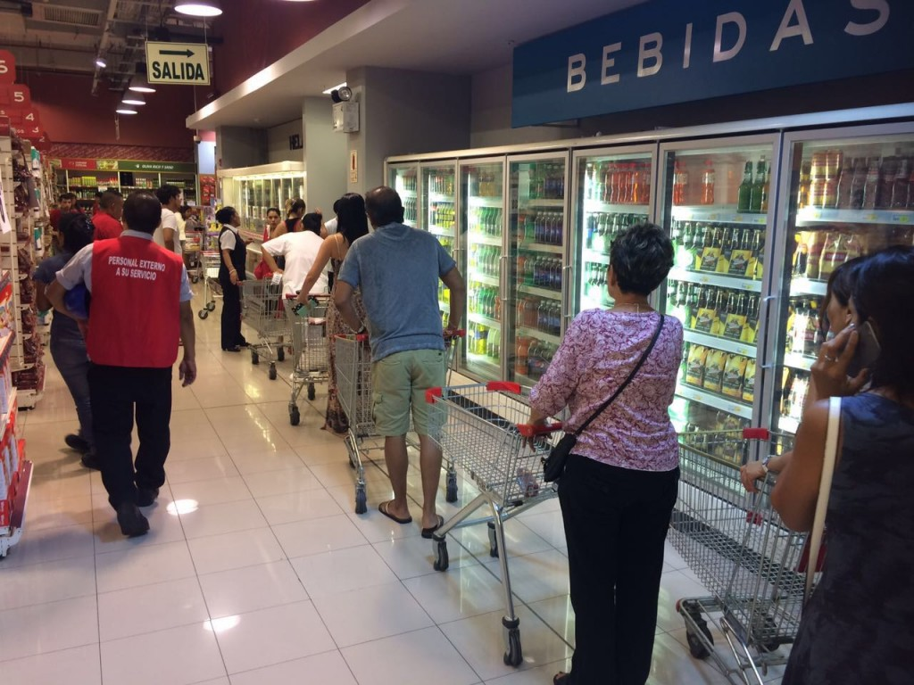 comprando agua supermercado