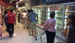 comprando agua supermercado 248x144 - Consumo de agua embotellada crece más que las gaseosas en los últimos 3 años