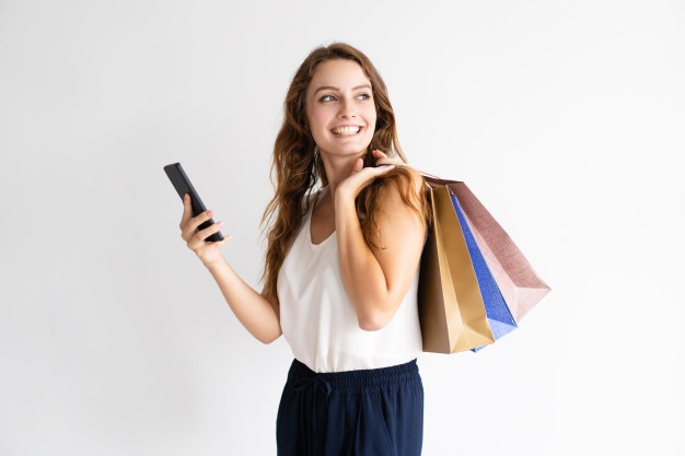 comprando con celular 2 Perú Retail - ¿Sabías que andar distraído con el móvil te hace comprar más cosas?