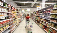 comprando en supermercado peruano