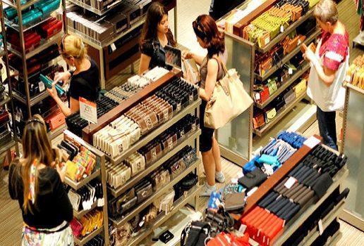 comprando en tienda grande
