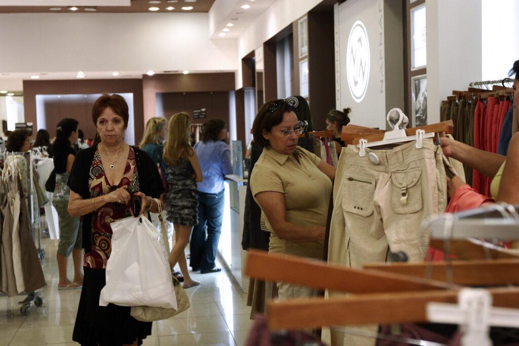 comprando tienda departamental 1024x683 - Negocio de retail representa el 10.7% del PBI del Perú