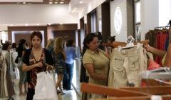 comprando tienda departamental 240x140 - Ventas de supermercados y tiendas departamentales se desacelerarían este año