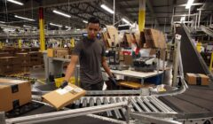 """empleados amazon 240x140 - Empleados de Amazon son supervisados por robots y los """"pocos productivos"""" son despedidos"""