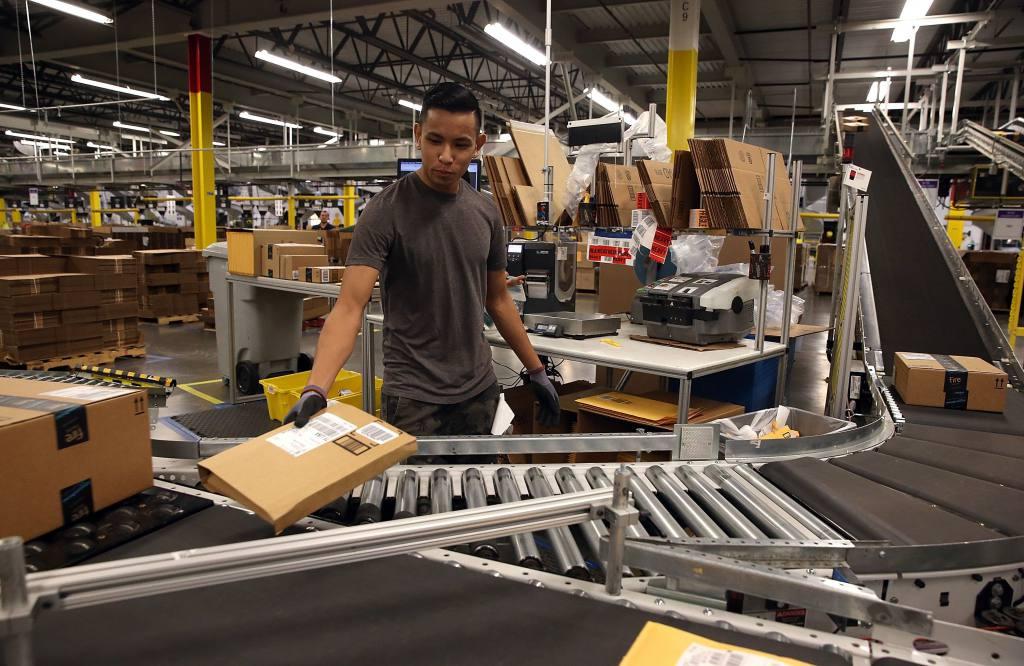 """empleados amazon - Empleados de Amazon son supervisados por robots y los """"pocos productivos"""" son despedidos"""