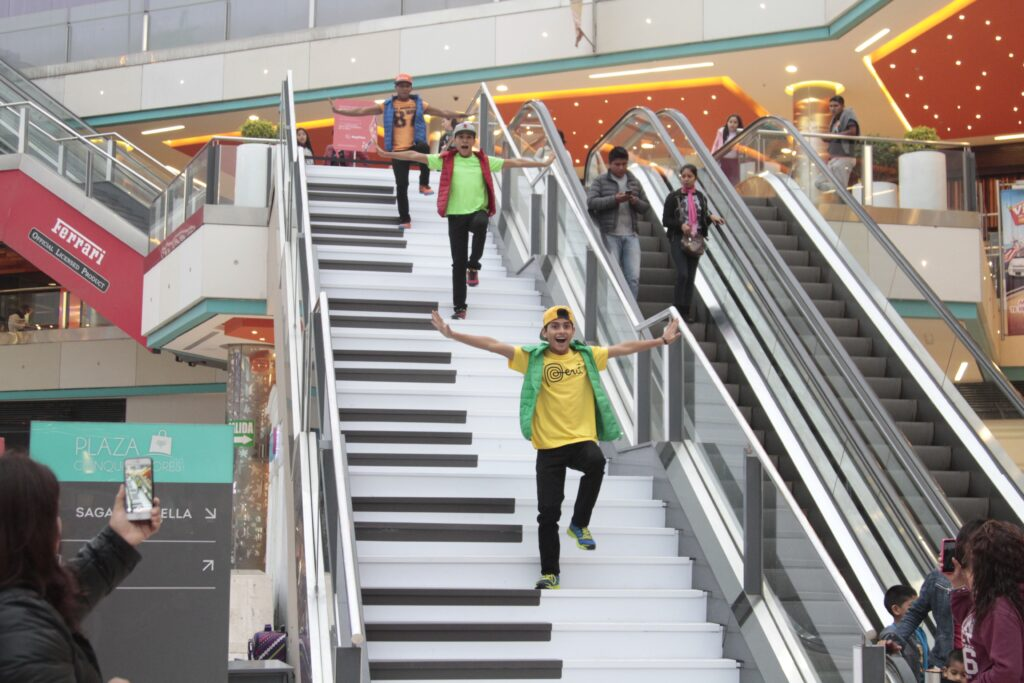 escalera musical megaplaza 1 1024x683 - Esta es la música que debe tener una tienda para que se efectúen las compras