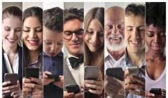 gente smartphone 240x140 - Tener presencia online y realizar ecommerce es algo ineludible para las empresas