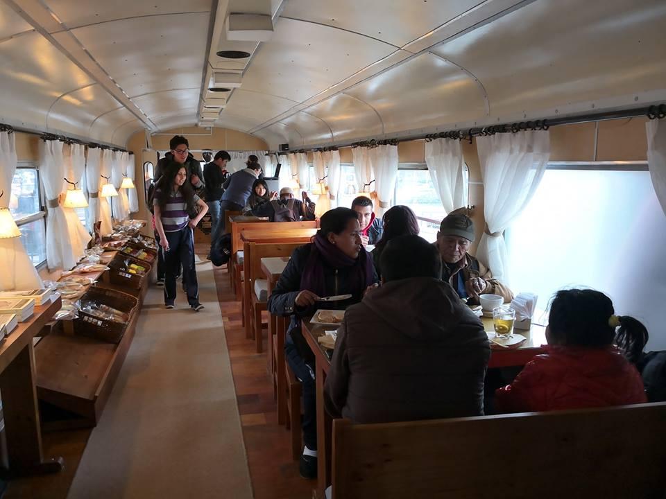 Bolivia: La cafetería que atiende en vagones de tren planea expandirse