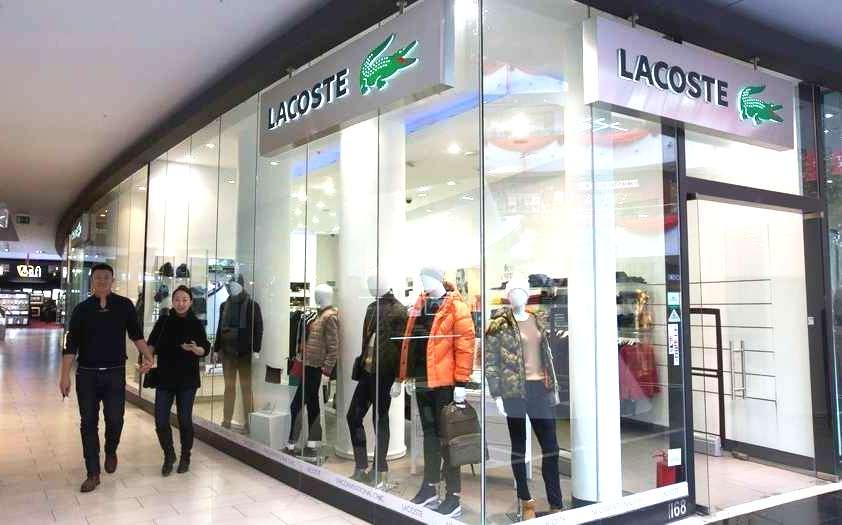 lacoste shopping arg - Lacoste podría cortar su vínculo comercial con licenciatario Exxel Group